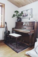 klavir a pod stolicku pojde kobercek