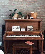 klavir a pohladnice na odkladaci