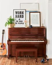 klavir a vedla neho postavit gitaru