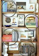 dekoracia kniznice knihy na sebe a motyliky v ramiku