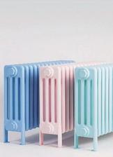 stary retro liatinovy radiator pojde natriet na pastelovu farbu kontrastnu k stene