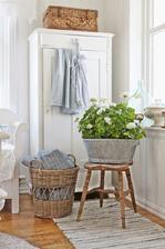 rucne tkany koberec pri balkone alebo pod oknom