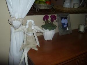 moja spalna: anjelka pod oknom a srdiecko zladene na zavese