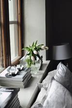 moja spalna: moje casopisy Mama na okne a na nich velky kamen