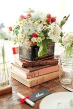 moja spalna: na parapete okennej na knihach nadobka a v nej kvety