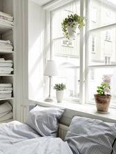 moja spalna: ozdobny zavesny crepnik nad stredom okna