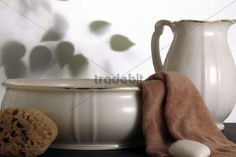 moja spalna: toaletny stolik s lavorom a krcahom a s prirodnou spongiou a uterakom