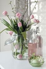 do mojej spalne: tulipany vo vode ponorene a v zatvaracej sklenici
