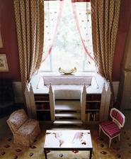 Do mojej spalne: windows sedenie z dvoch rohovych presklenych skriniek s knihami a uprostred ikea schodiky a po okoch porfixove steny oblozene bielymi tehlickami
