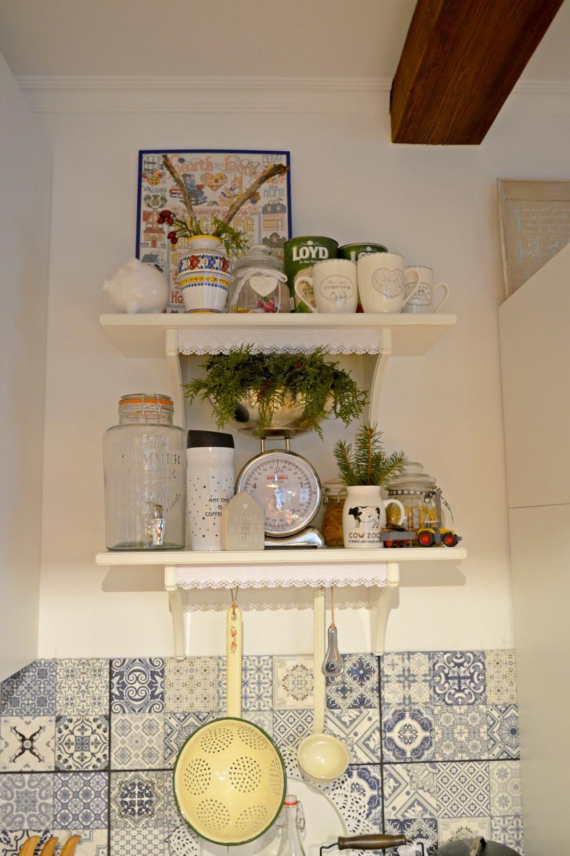 Domček v poli - A uz mam zavesene konecne aj policky v kuchyni :)