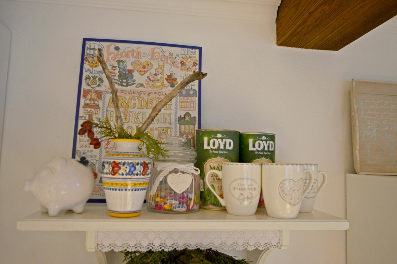 Domček v poli - A uz mam zavesene konecne aj policky v kuchyni :) a svoje miesto tu nasiel aj obraz, co som pred rokmi vysivala, tak sa z toho tesim :)
