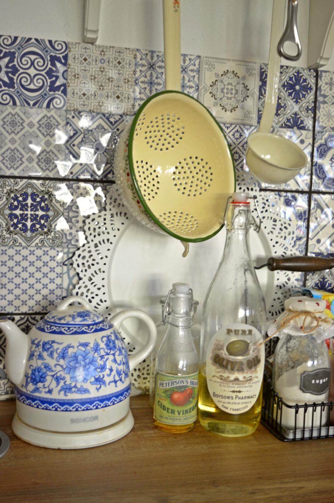 Domček v poli - Obycajne flasky z Pepca za euricko a vytlacene nalepky na olej a ocot a hned to vyzera k svetu :)