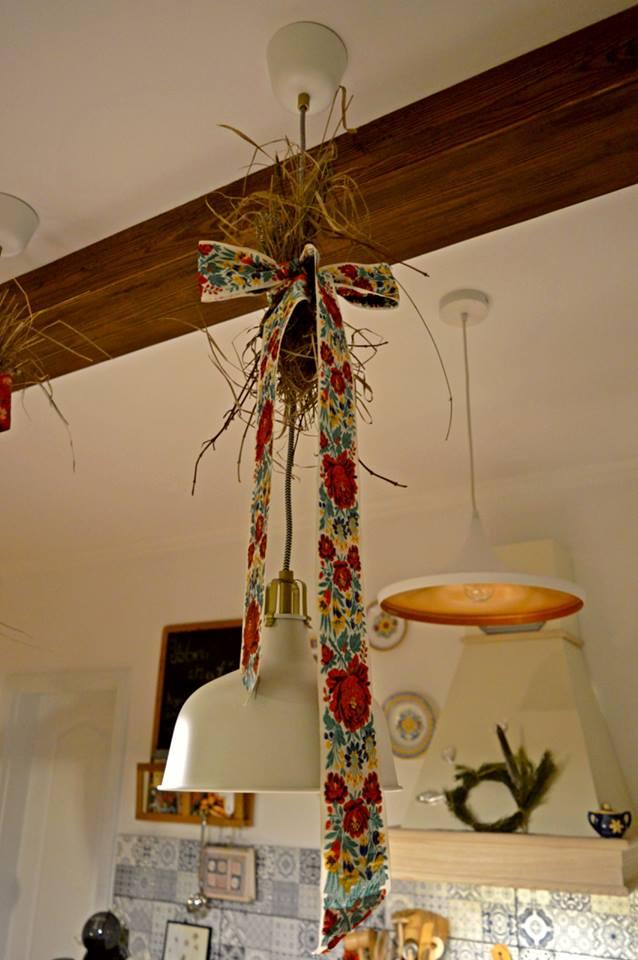 Domček v poli - Moje vyspekulovane riesenie :) elektrikari mi nechali velku gucu kabla na lampach nad ostrovcekom, tak som to poriesila po svojom -  kus od nas je kravin, tak som si potiahla za hrst slamy, na povale vykutrala stuhy po prababicke a je hotovo :)