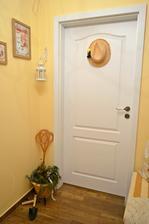 Dvere zo vstupnej haly do domu dostali patricne vidiecke ozdobenie - muzov letny slamak :) :) :)
