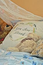 V mojej mega romantickej spalni - kopec vankusikov a este viac macikov :)