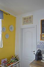 Najnovsie ulovky - sesternice predavali stary dom po rodicoch a chceli vyhodit taketo poklady: taniere z modranskej keramiky a obraz, ktory malovala ich babicka.
