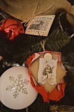 Ozdôbky anjelikovské urobené z vytlačených anjelikov s odtrhnutými okrajmi a potretými morkým čajovým vrecúškom, odstrihnutými kúskami panamy, zbytkami zo srdiečkovského šitia a potrhanou červenou podšívkovou látkou :)