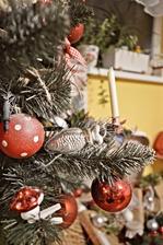 Formičky rybičky a stromčeku u nás nemôžu chýbať :-D ako aj maličké muchotrávky či klasické sviečočky v držiakoch, aké mával ešte môj pradedo na stromčeku.