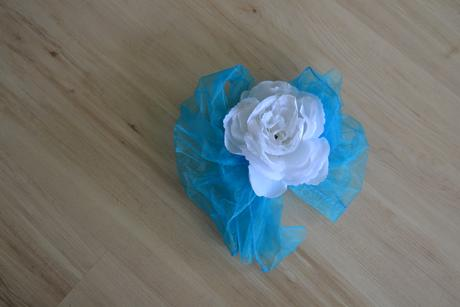 Růže s velkou modrou mašlí - Obrázek č. 1