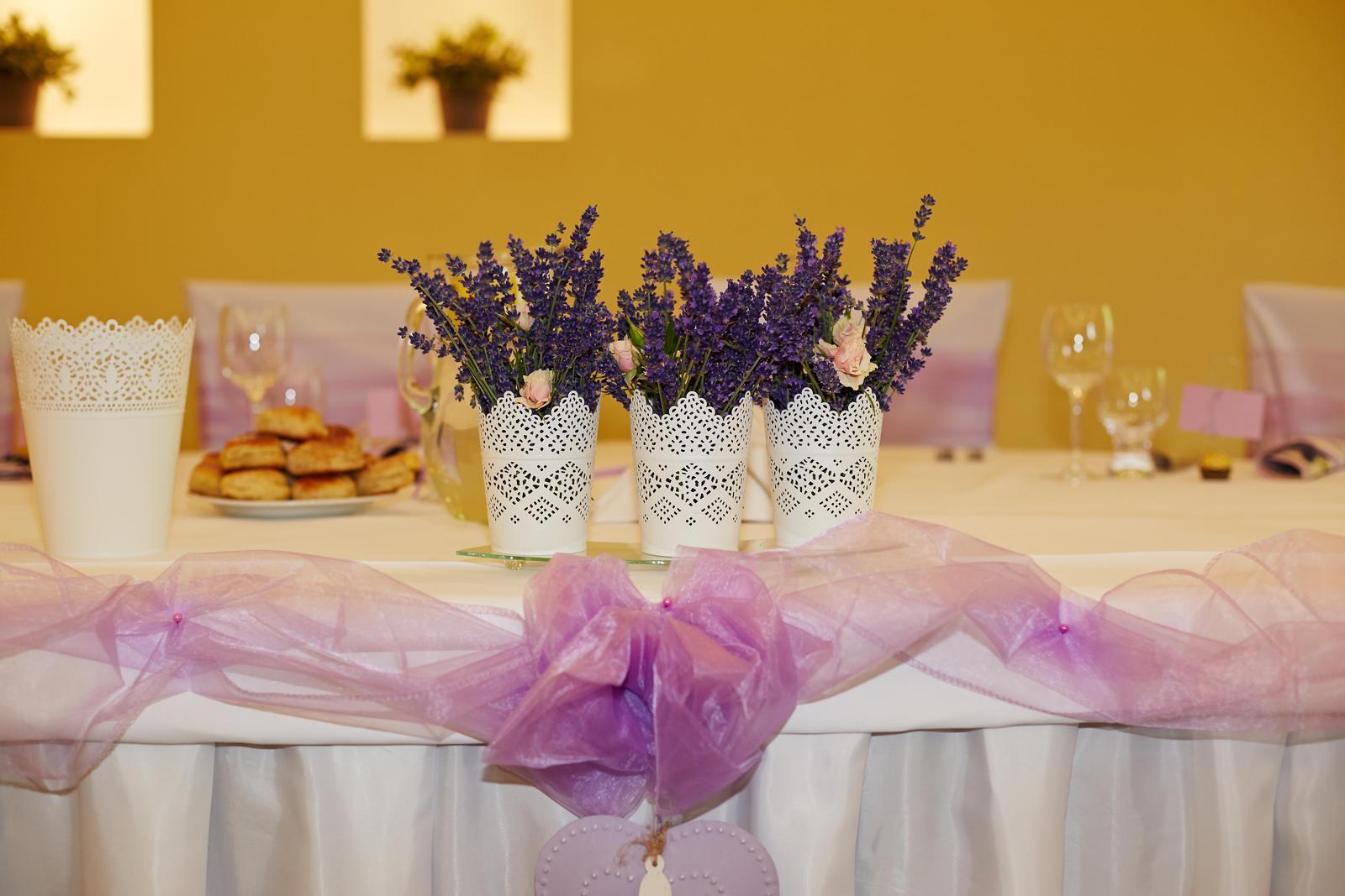 Z{{_AND_}}M - váza vedľa bola pre svad. kyticu..