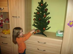 Laurika si ozdobuje stromcek v detskej izbe