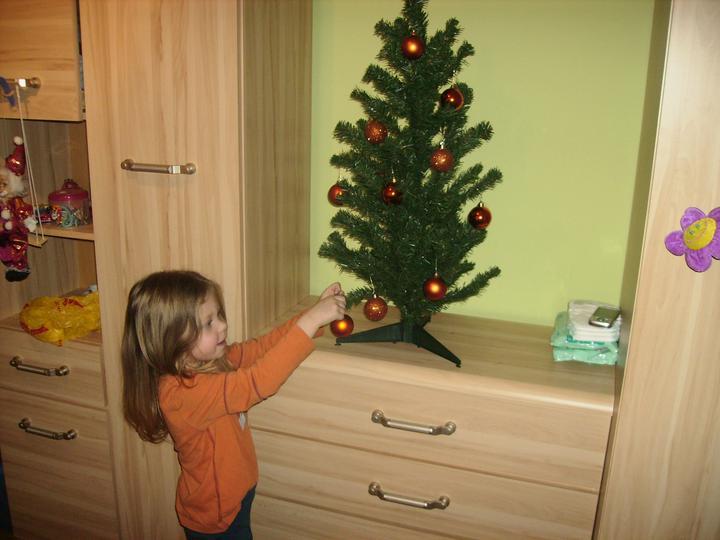 Naše prvé Vianoce v našom dome - Laurika si ozdobuje stromcek v detskej izbe