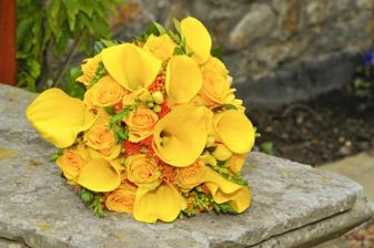 ..ale bude v kombinaci žlutých kal a žlutých růží..