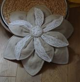 Květina na kapotu  - krajka a režné plátno,