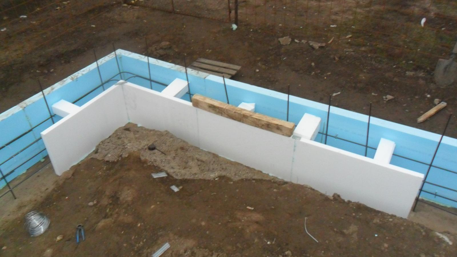 Domček pre moju rodinku :) - vnutorny salung eps 100s  50 mm tiez len lepeny o beton, tie kvadre polystyrenove su len nato, ked to prihrniem hlinou aby sa to neprevalilo dovnutra