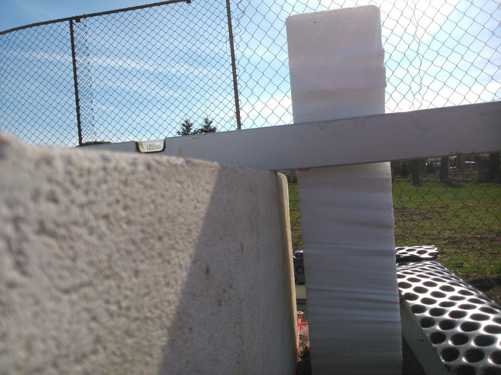 Domček pre moju rodinku :) - prvy kvader zalozeny, na polystyrene je zaznacena vyska