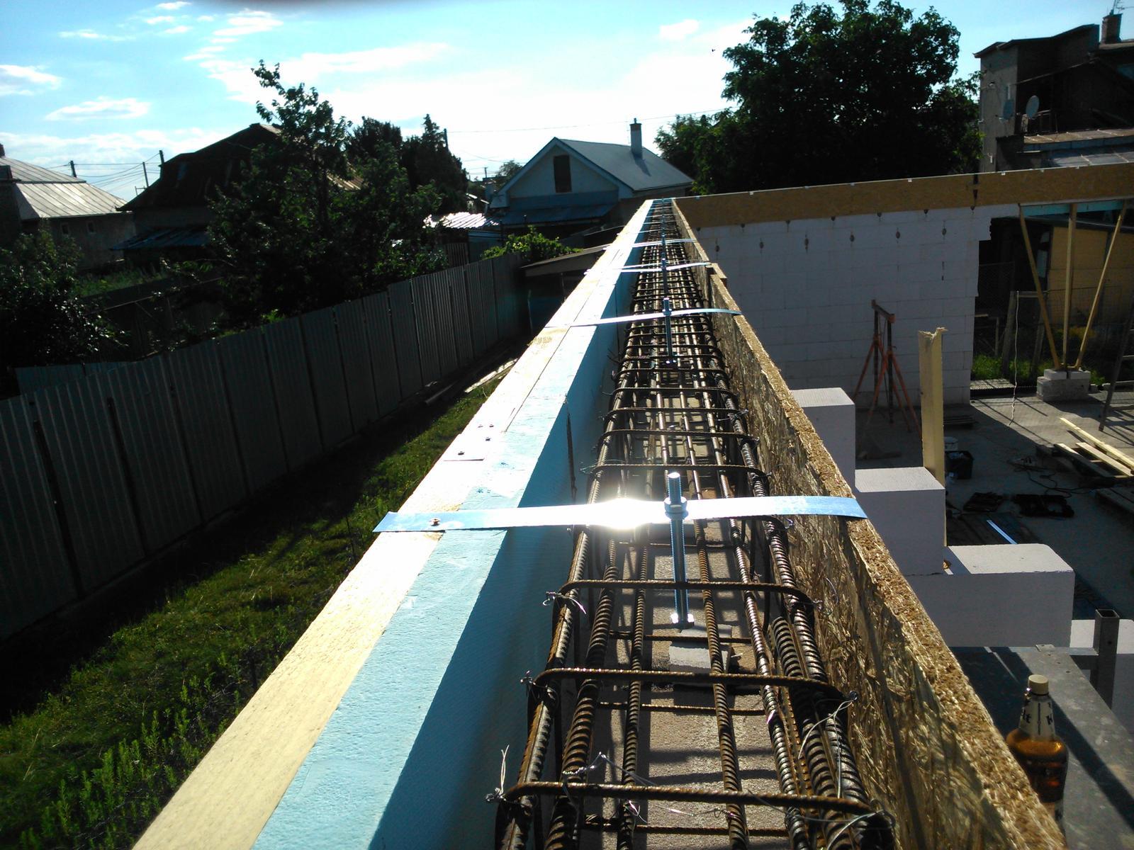 Domček pre moju rodinku :) - pripravene na kotvenie veznikovej strechy, zamerane s presnostou 2 mm pomocou vyrobenej sablony