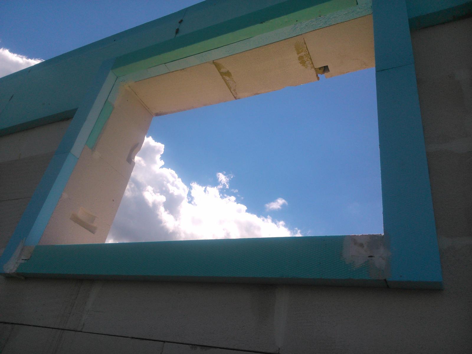 Domček pre moju rodinku :) - toto je mensie fixne okno tak tu nieje vysadny ytong ale CompactFoam kocky 5x 6 cm, mal som vzorku tak som ju takto vyuzil