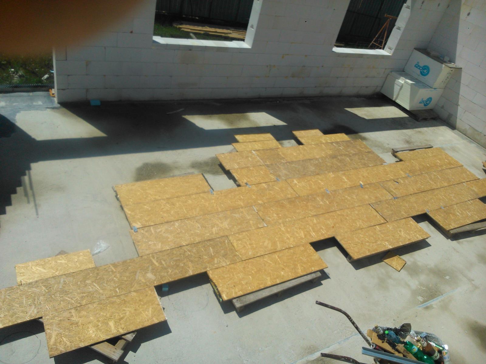 Domček pre moju rodinku :) - OSB z venca som vyuzil na podlazku pre vyrobu krovu