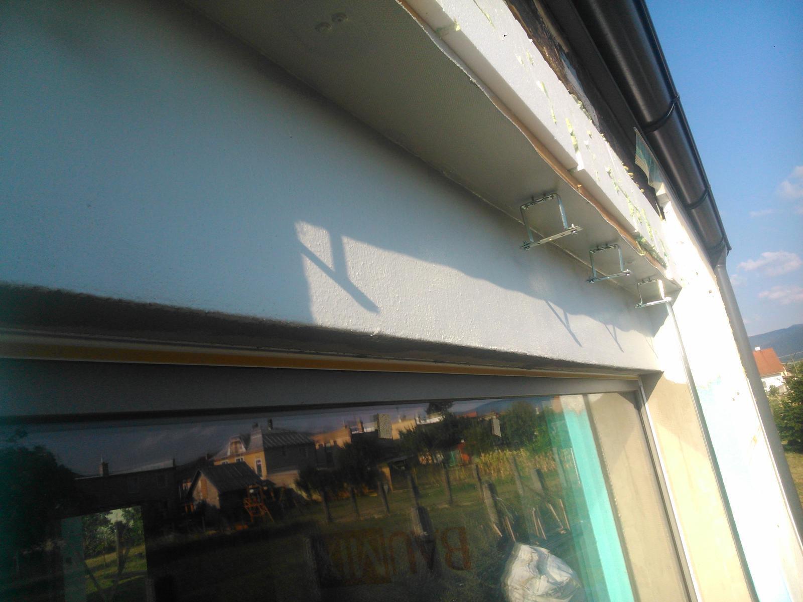 Domček pre moju rodinku :) - aj PIR som radsej natrel tym lakom aby sa snurky netreli , a na vrchnu cast som pouzil plech zo strechy aby to bolo vsetkemu odolne, ak by sa tam nejaky hmyz zahniezdil?