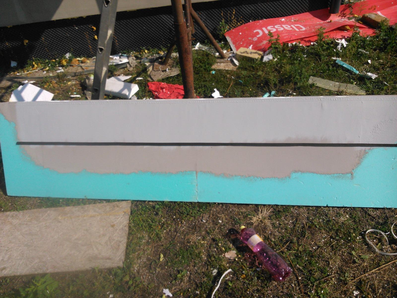 Domček pre moju rodinku :) - expanzna paska aby sa vytvoril doraz k tomu vrchnemu plechu