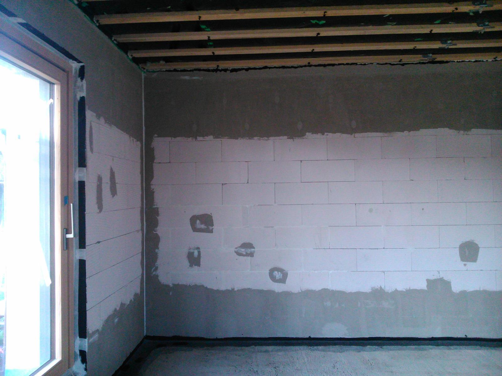 Domček pre moju rodinku :) - kapsy na ytongu som vypenil, zabrusil a 2x presiel lepidlom , tak isto spodny rad, zvysok len vyspravim akrylom a natriem fasadnou farbou