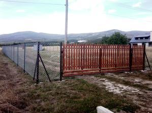 zas sme trochu pokročili, už máme plot a vlastnoručne vyrobenú bránu :)