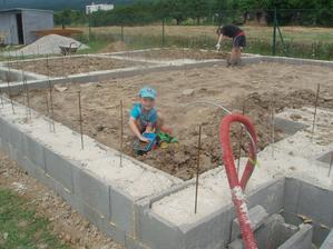 robotníček naváža traktory hliny, len nejak to nepribúda...