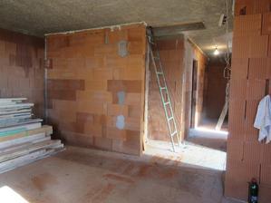 múr v obývačke sme o pol metra skrátili, aby sa zväčšil priestor na vstup a trochu sa to otvorilo