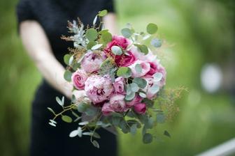 ve svatební kytici bude různě růžový ranunculus, trsové růžičky, frézie, eustoma, eucalyptus, astilbe...
