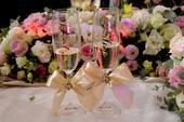 Svadobné poháre s menom zvislo,