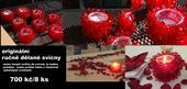 originální červené svícny,