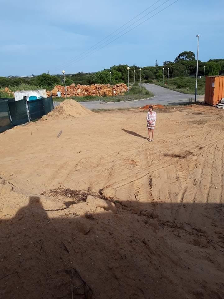 Náš portugalský domov ❤️🏡 - 20. apríl 2021  Kontrola na pieskovisku po zrovnani a bez stromu v obyvacke 👌😄