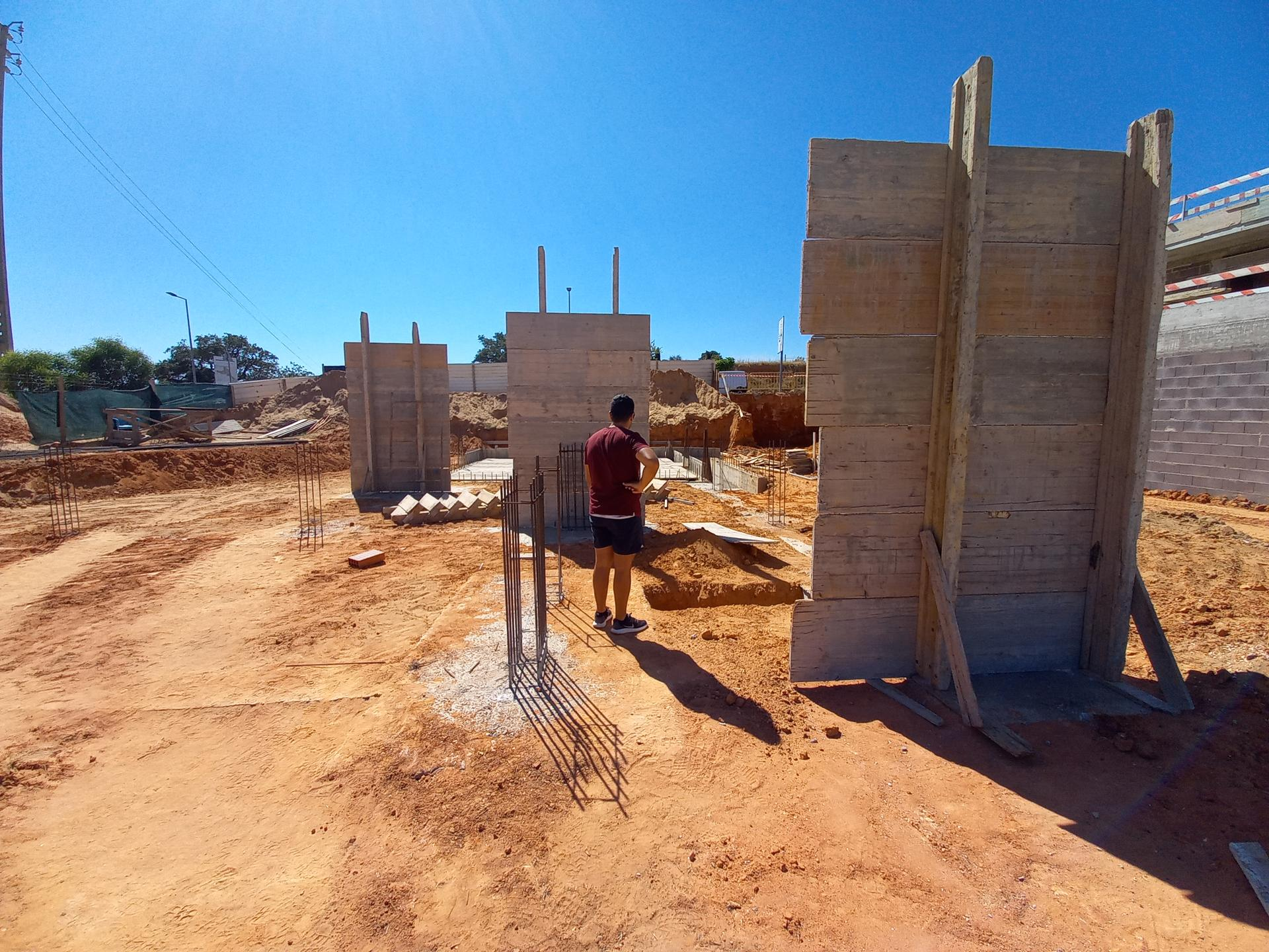 Náš portugalský domov ❤️🏡 - 29. Jún 2021 Príprava na zalievanie oporných stĺpov