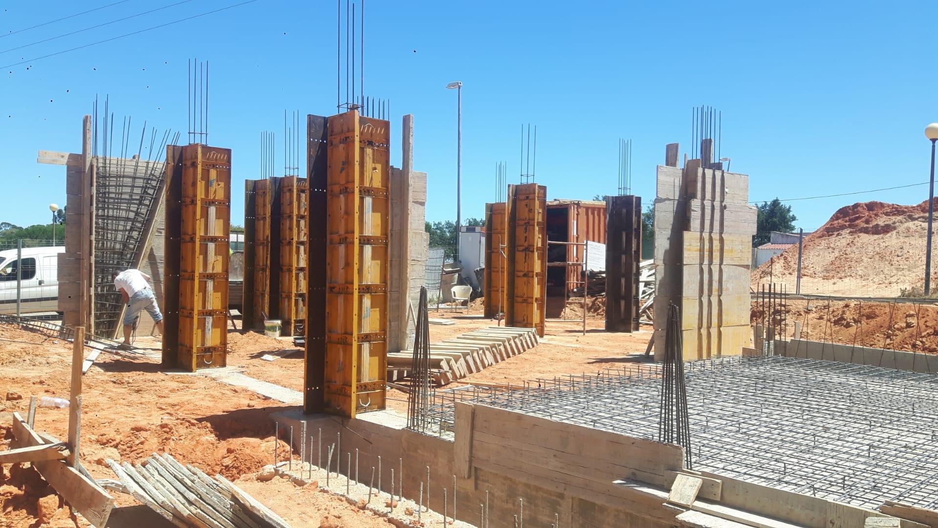 Náš portugalský domov ❤️🏡 - 2. Júl 2021 Príprava na zalievanie stropu pivnice a monolitických nosných stĺpov