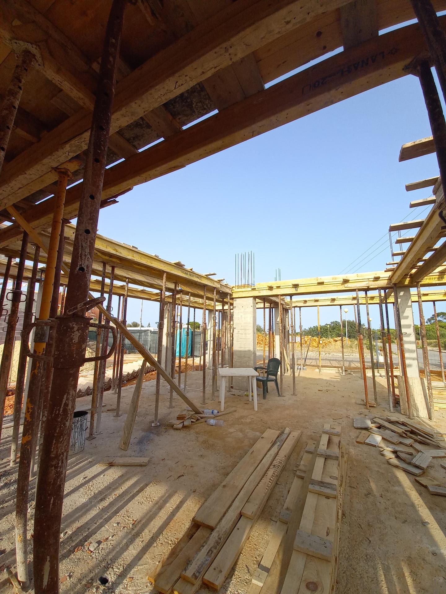 Náš portugalský domov ❤️🏡 - Oporné stĺpy a monolitický ŽB strop sa budú zalievať naraz, v pondelok má prísť železo na armatúru