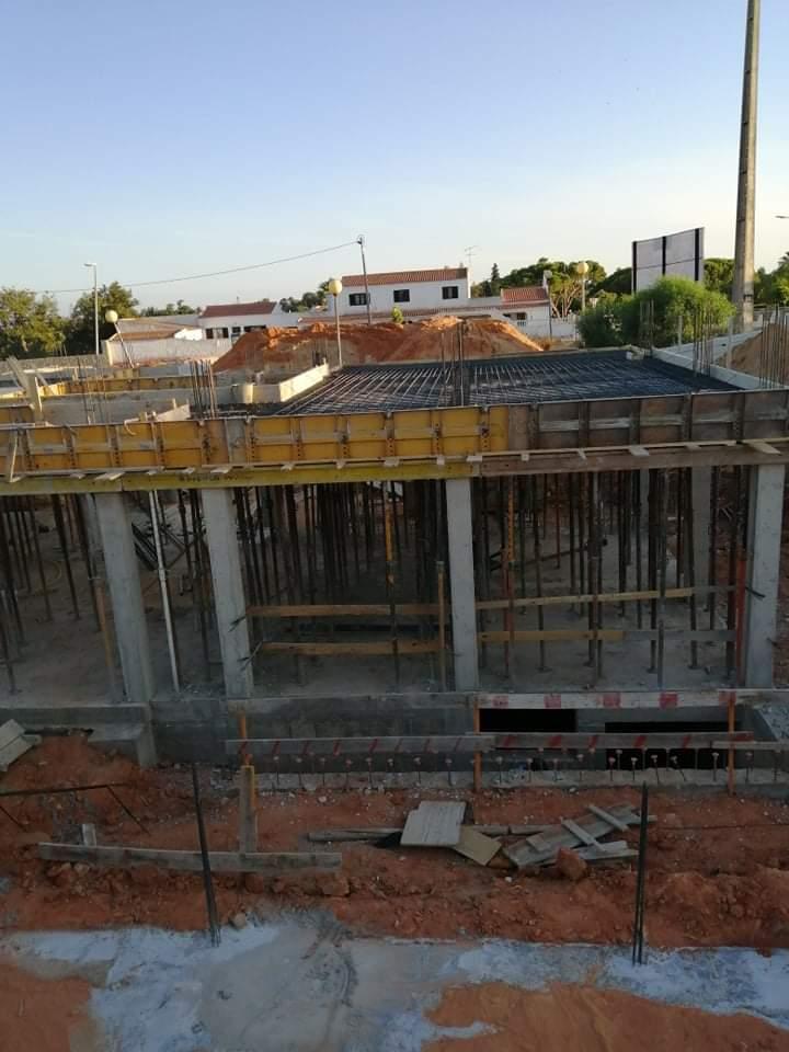 Náš portugalský domov ❤️🏡 - 1. august 2021 Pokračovanie v armovaní stropu, v stredu nás čaká zalievanie :)