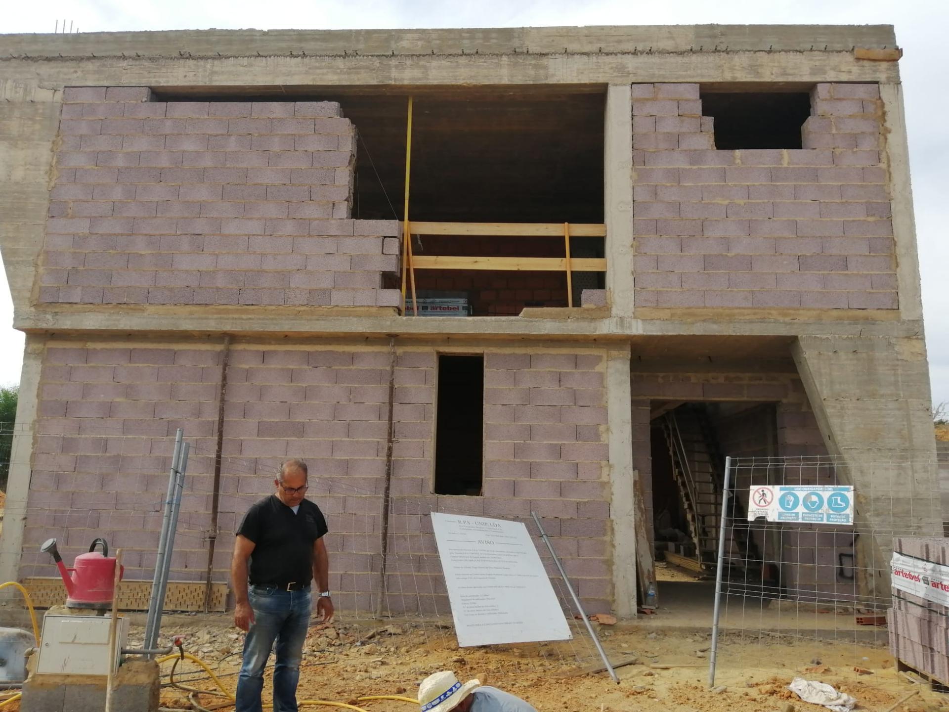 Náš portugalský domov ❤️🏡 - 16. Október 2021 Takmer vsetky obvodové steny na poschodí dokončené