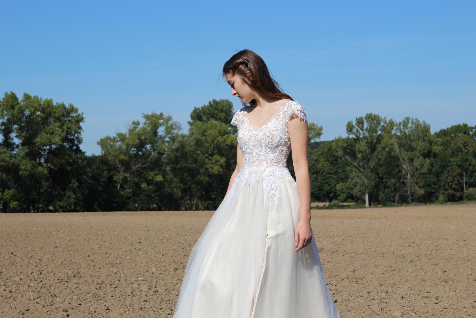 Moderní svatební šaty - Obrázek č. 1