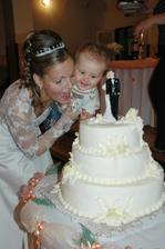 Naše krsniatko Jaruško torta mu chutila tak ako mne. Fotografka nas načapala ako ju spolu papame.